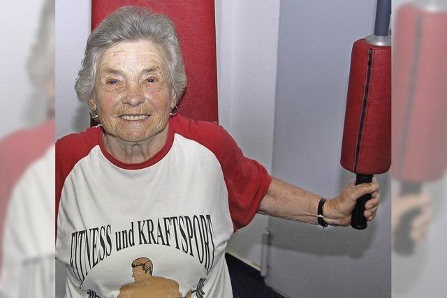 Kraftsport hält sie auch mit 90 Jahren noch fit