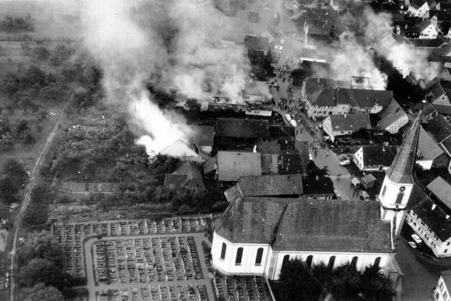 1963 schlägt ein Flugzeug bei Grafenhausen ein und explodiert