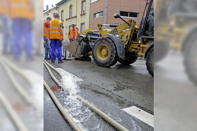 Wasserflut auf der Straße, Ebbe in Wasserhähnen