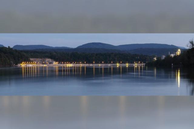 Lichtspiele: Das neue Kraftwerk und das Industriegelände am deutschen Ufer im Abendlicht
