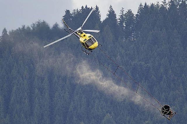 Der Kalk kommt per Hubschrauber in den Wald