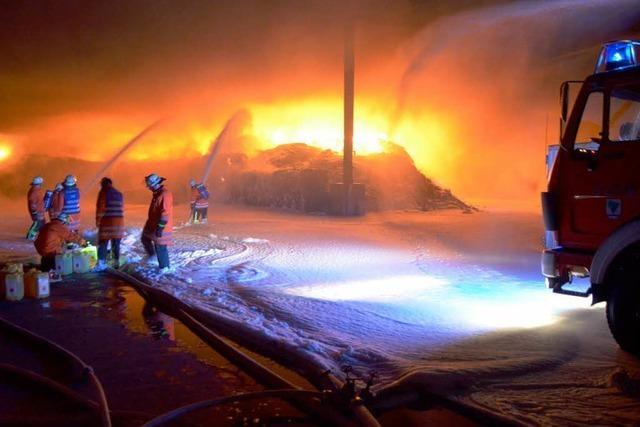 Großbrand bei Firma Kühl: Löscharbeiten dauern 30 Stunden