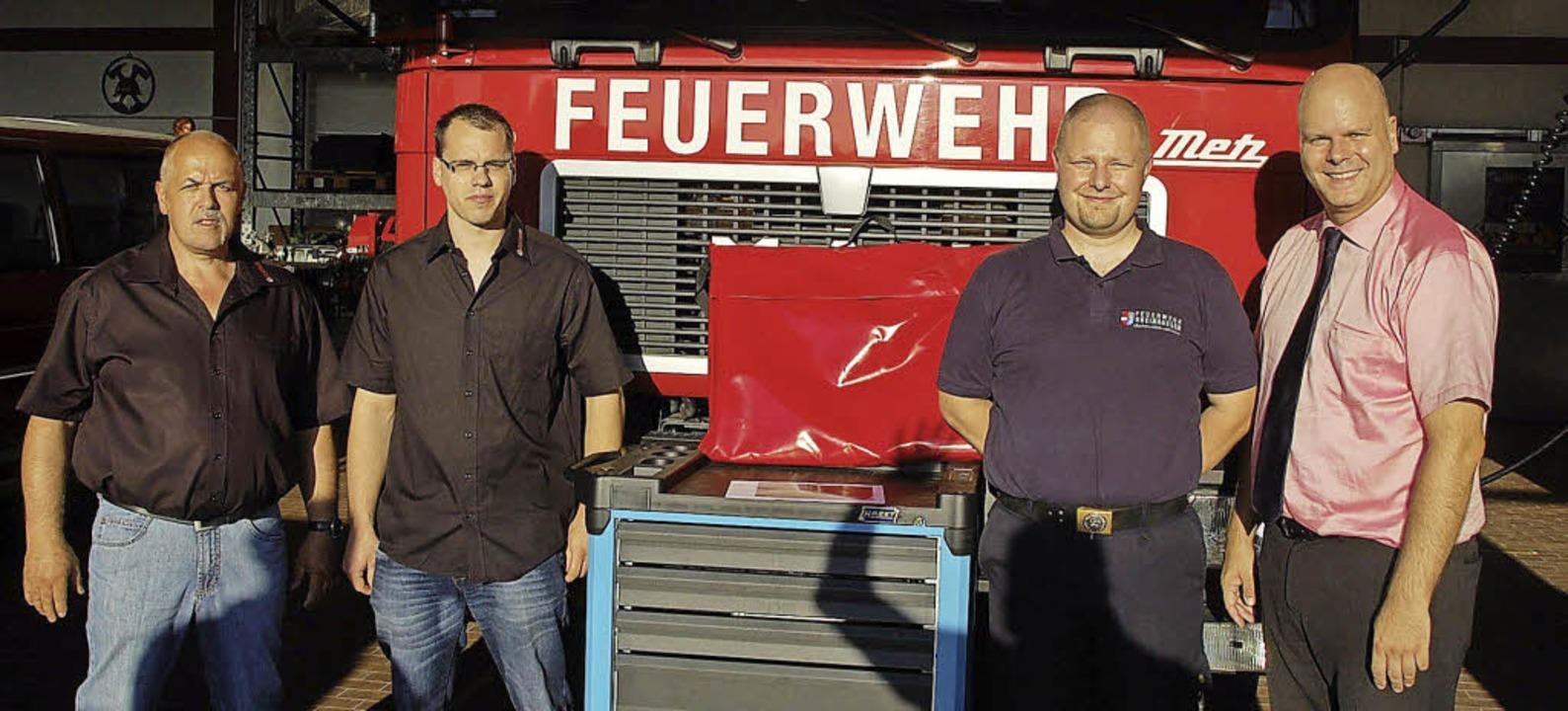 Andreas Lang von der Feuerwehr Rheinha...von Peter (links) und Pierre Brüderle.  | Foto: Jörg Schimanski