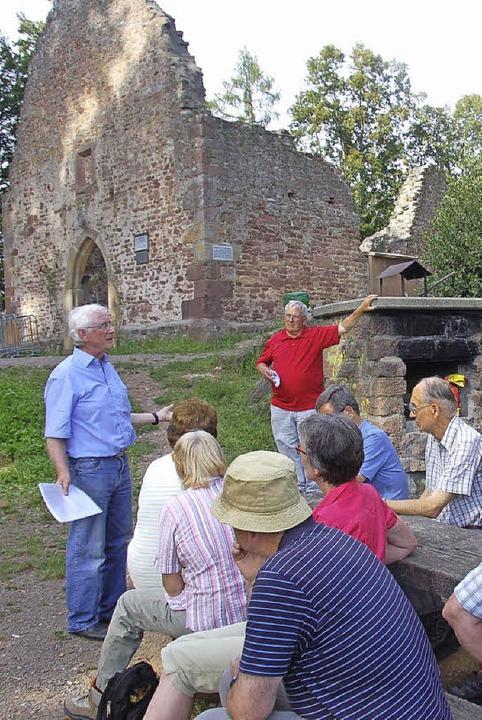 Dieter Geuenich (links) erläutert Zusa...dent hat eine Keramikscherbe gefunden.  | Foto: Frank Kiefer