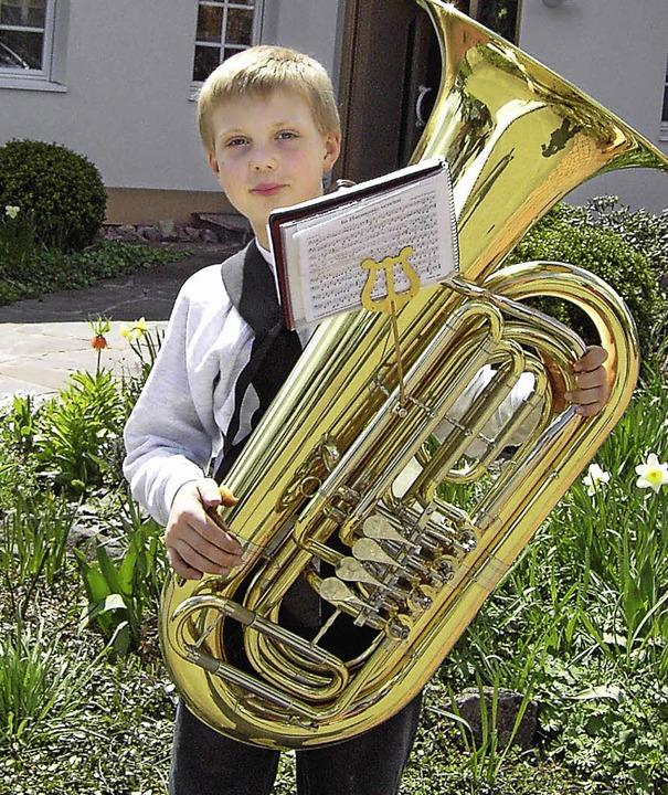 Der kleine Lukas mit der großen Tuba  | Foto: privat