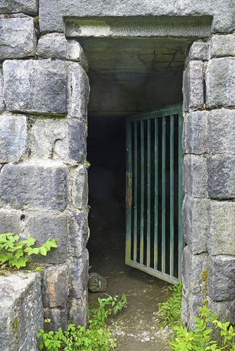 Das Tor führt ins Innere des Rondells,...m das  Schlageter-Denkmal einst stand.  | Foto: Dirk Sattelberger