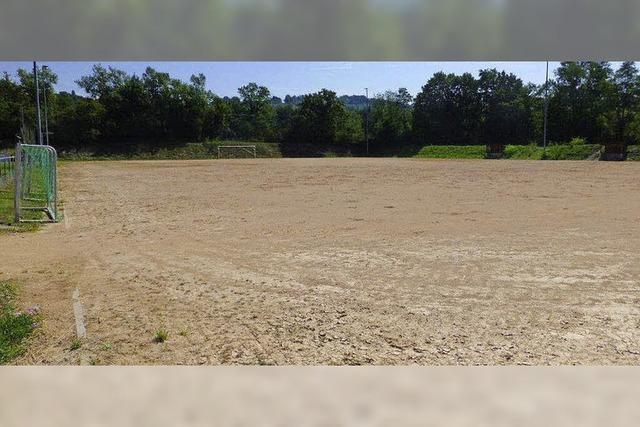 Bauarbeiten für Kunstrasenplatz beginnen im September