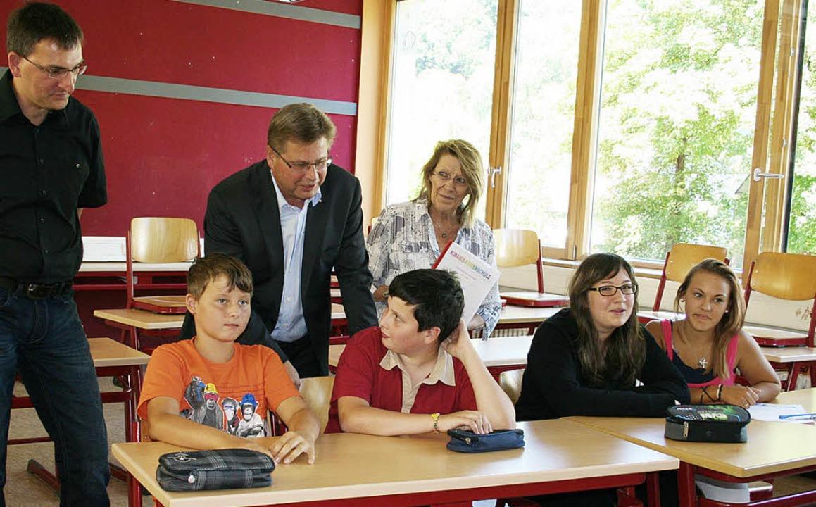Vertreter von Kiwanis besuchen mit dem...en wie die Ferienschule angekommen ist    Foto: Karin Heiß