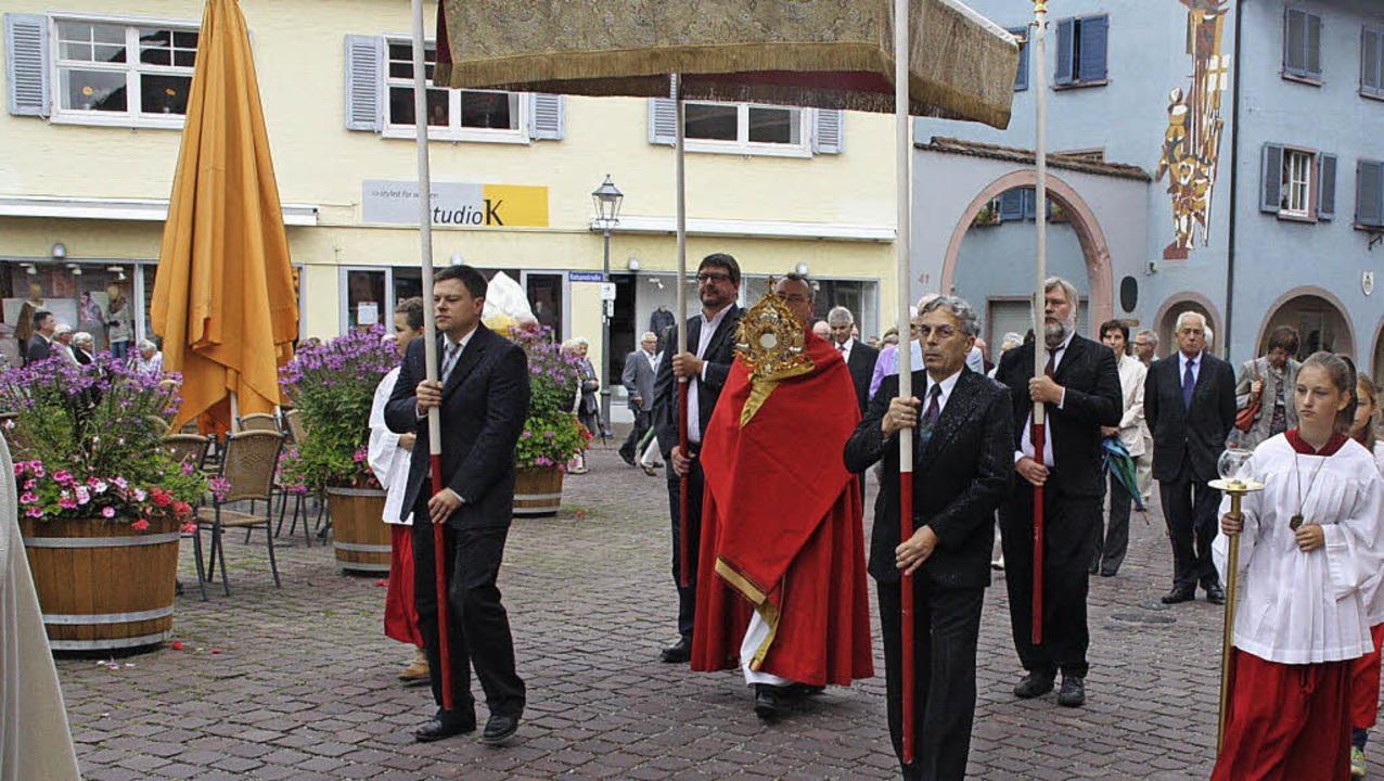 Pfarrer Seburschenich trägt die Monstr...em Allerheiligsten durch die Straßen.   | Foto: herbert birkle