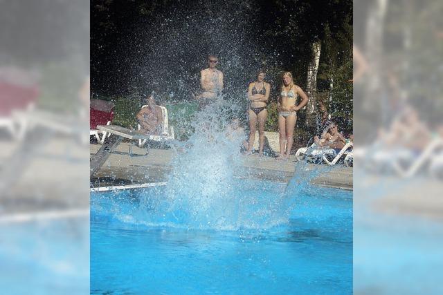 Arschbombenwettbewerb im Ettenheimer Schwimmbad: Salto, Dreher, Platscher
