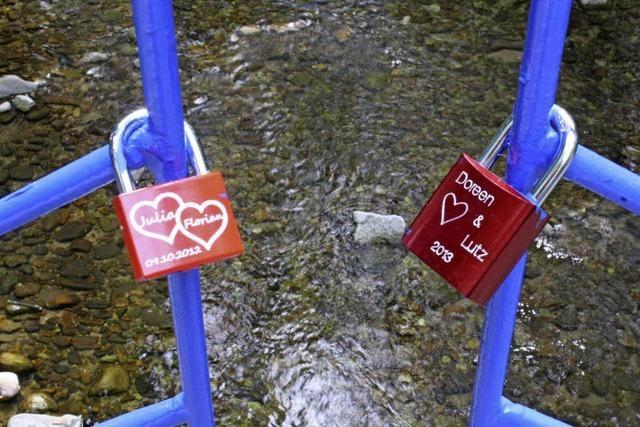 Die ersten Liebesschlösser im Kurpark
