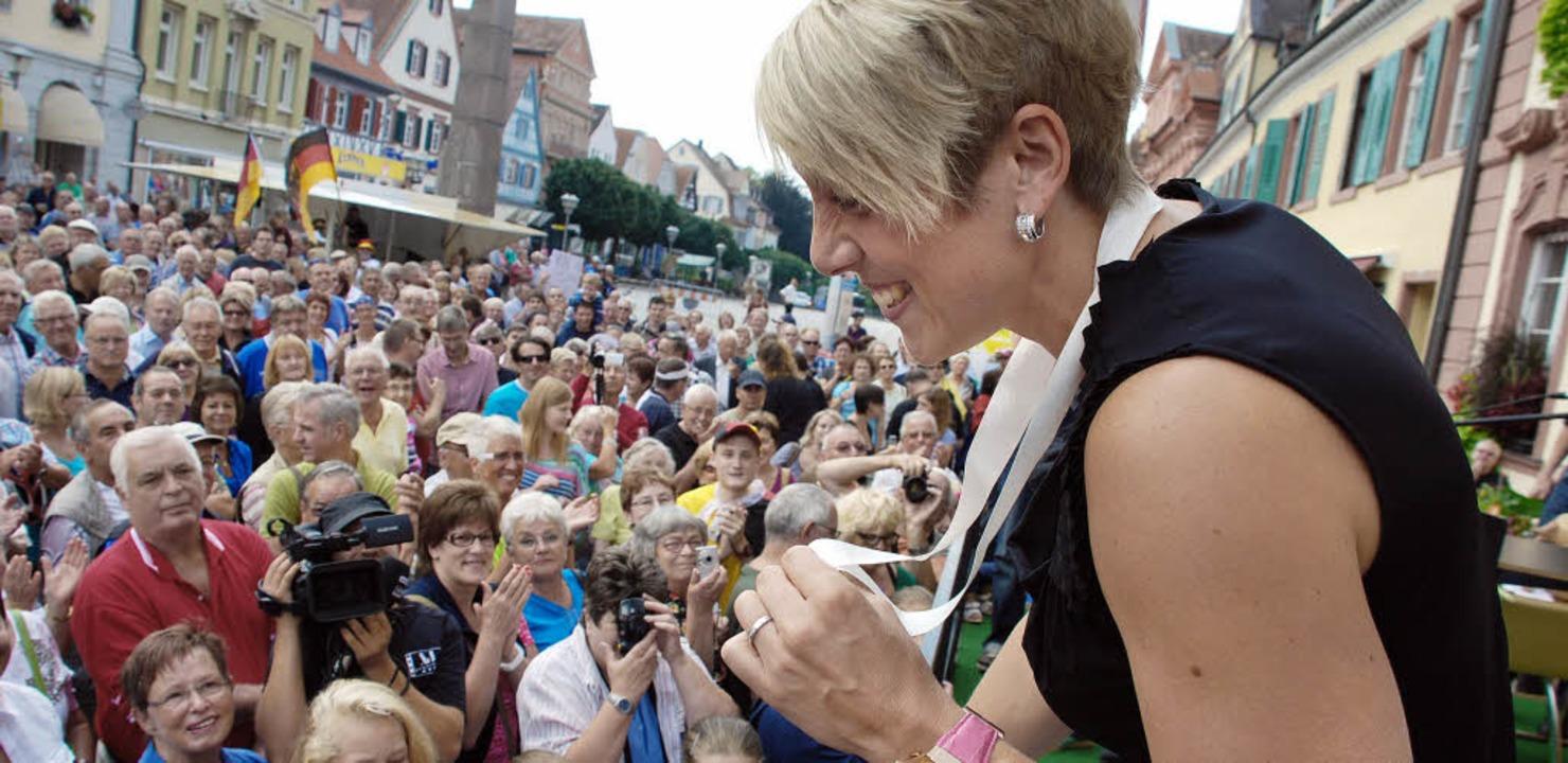 Da ist das ersehnte Stück Edelmetall: ... ihren Fans das Weltmeisterinnengold.   | Foto: Gertrude Siefke