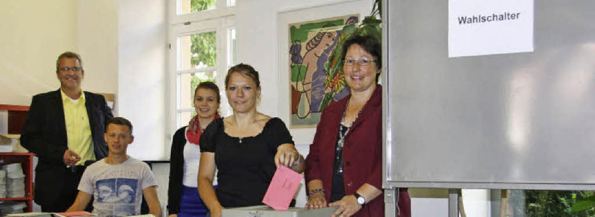 Das Team Wahlen erwartet die Briefwähl...auréanne Hoeltzel und Claudia Leutert.  | Foto: Sandra Schoch