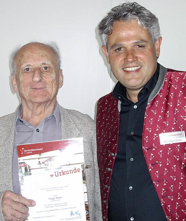 Hugo Maier empfängt die Urkunde von Christian Gross.   | Foto: HTG