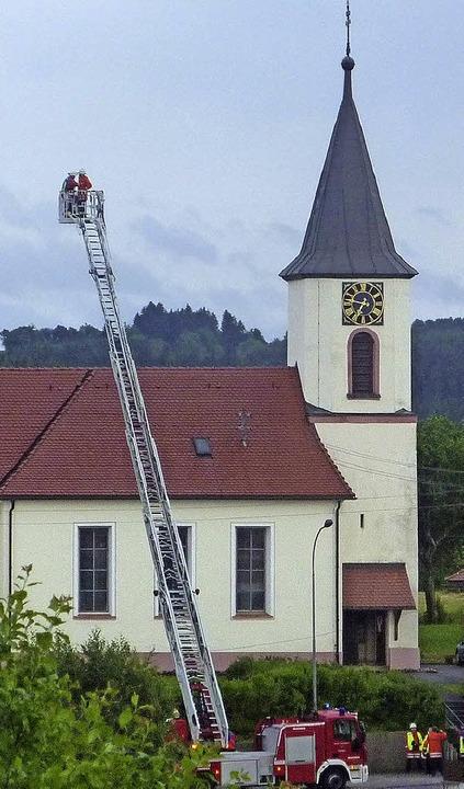 Auch 25 Feuerwehrleute aus Löffingen m...Pfarrhaus und Kirche in Bachheim aus.     Foto: Scherer