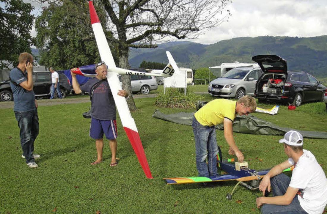 Letzter Check vor dem Start: Flugminia...Wehrer Modellfluggruppe  zum Einsatz.   | Foto: Hansjörg Bader