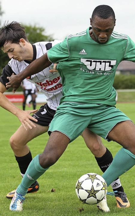 Der Linxer  David Göser (hinten) beim ...esse M'Bela den Ball abzuluchsen.   | Foto:  Alexandra Buss
