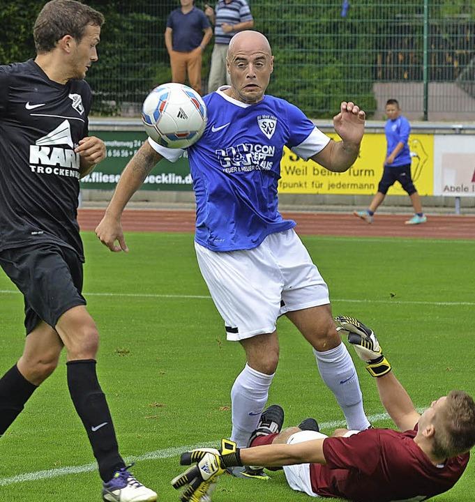Das 2:1: Fabio Bibbo (SVW, blau) schie...maier macht derweil ein paar Sit-Ups.     Foto: Rogowski
