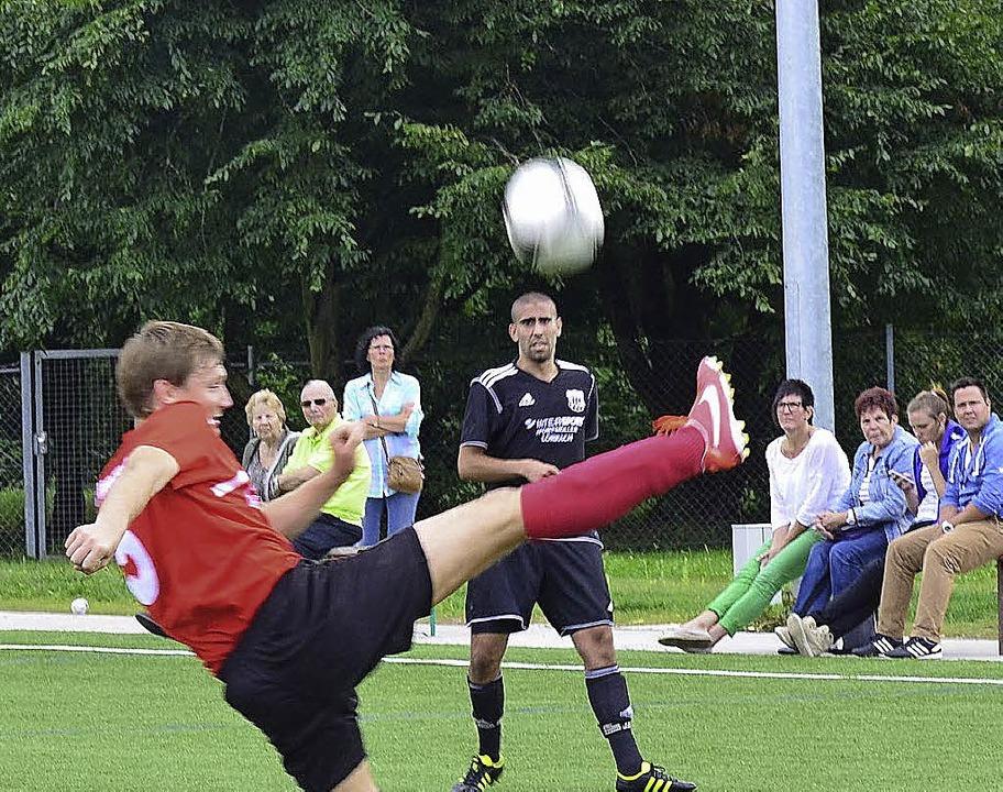 Alle Augen auf den Ball: Andreas Rutsc...rago bleibt nur die  Beobachterrolle.     Foto: Schuster