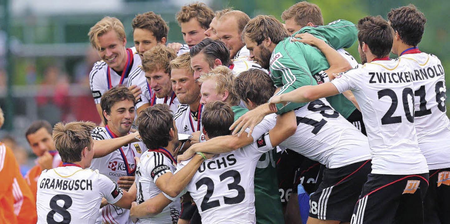 Freudenkollektiv: Die deutschen Hockey... Sonntag das EM-Finale gegen Belgien.   | Foto: dpa