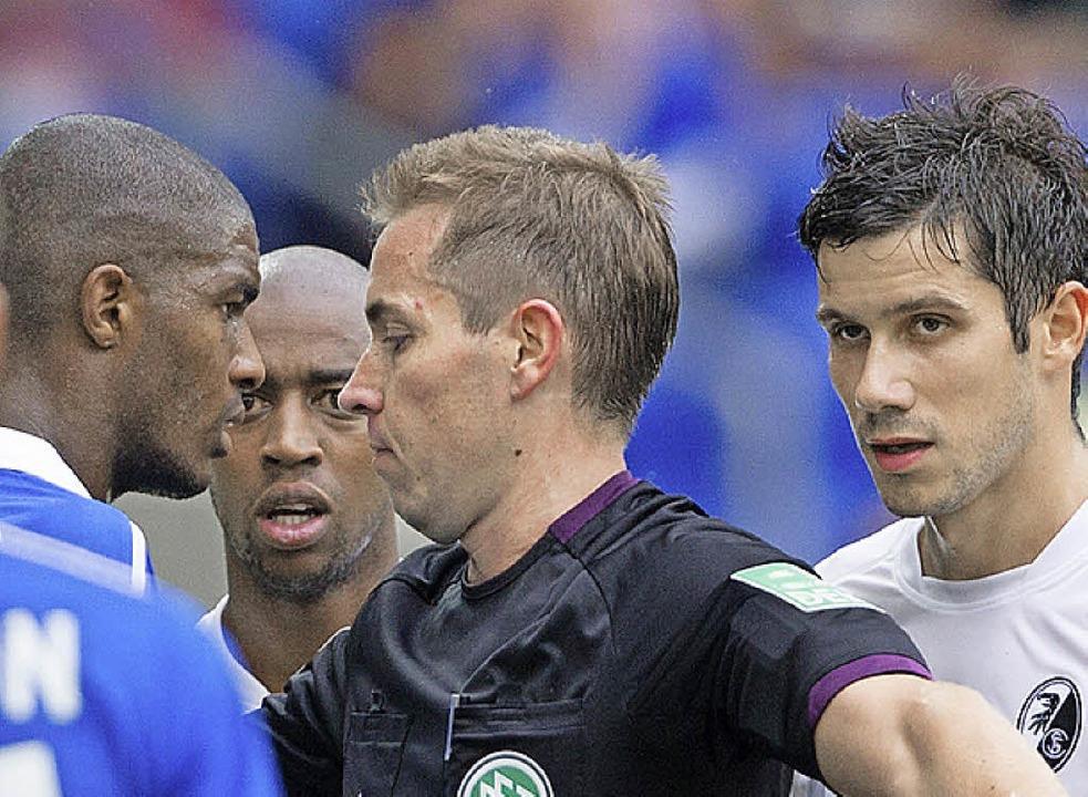 Ruhig Blut war selten: Referee Tobias ...ste, Fernandes und Mujdza (von links)   | Foto: dpa