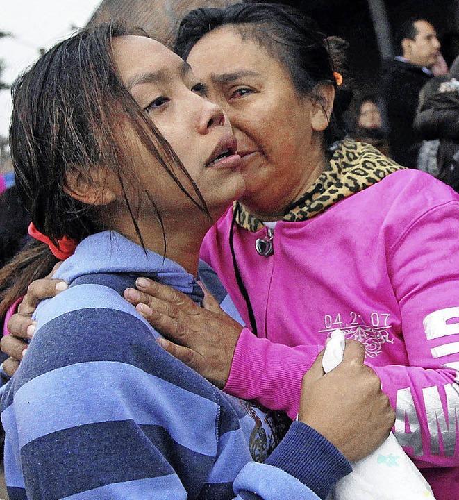 Angehörige der Häftlinge im blovianisc...s Palmasola bangen um deren Schicksal.  | Foto: AFP