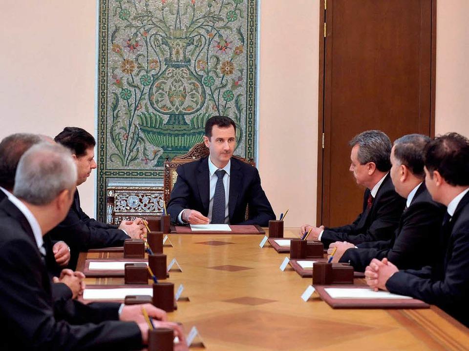 Unter Druck: Syriens Präsident Baschar...sad (Mitte) im Kreise seiner Minister.  | Foto: dpa