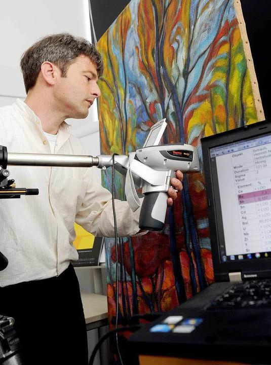 Mit einer Hightech-Pistole untersucht ...on Wolfgang Beltracchi gemalten Bild.   | Foto: dpa