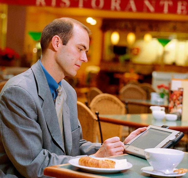 Beim Frühstück noch schnell eine Bewer...hten im Internet ist Vorsicht geboten.    Foto: hundertmark