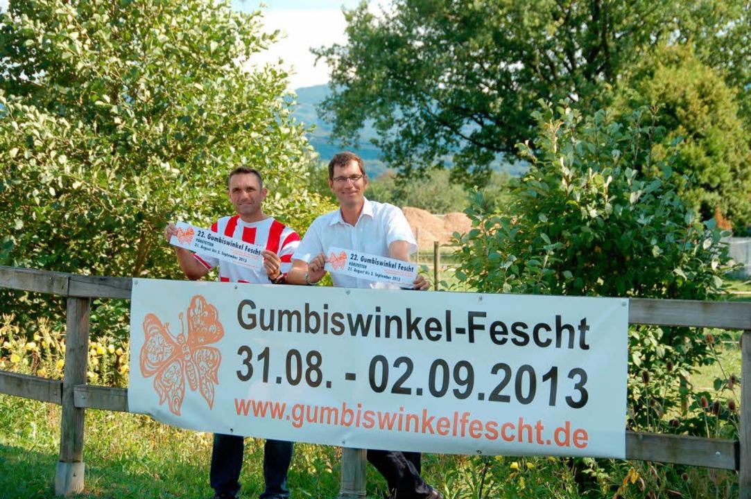 Bürgermeister Lars Brügner (rechts) fr...des traditionellen Gumbiswinkefeschts.  | Foto: Pia Grättinger