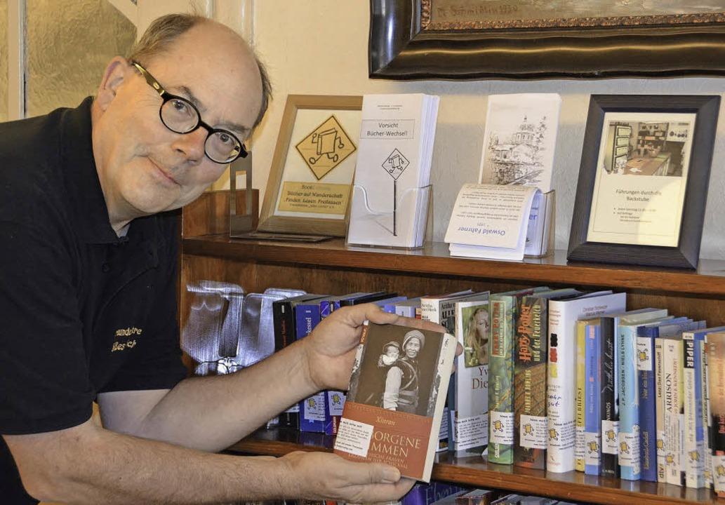 Michael Ständer mit einem registrierten Buch, das auf Leser wartet.  | Foto: Alexander Preker