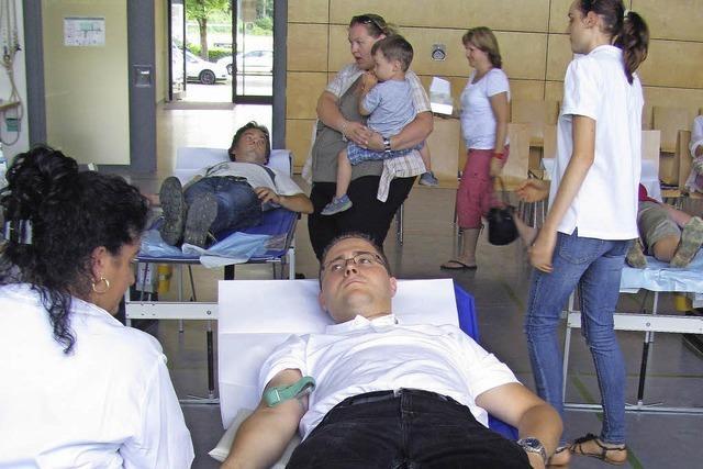 DRK-Helfer schwitzen beim Blutspenden