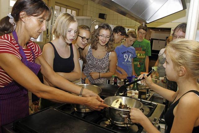 Kinder lernen, mit fairen Zutaten zu kochen
