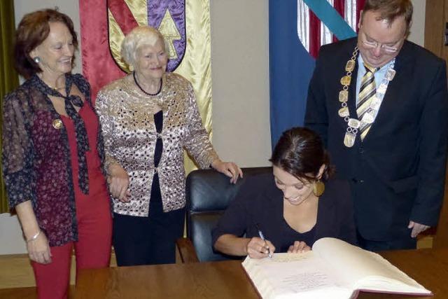Klippenspringerin Anna Bader trägt sich ins Goldene Buch der Gemeinde Teningen ein
