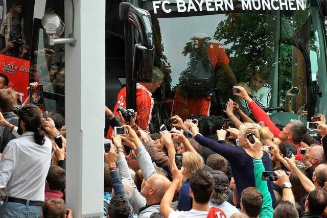 Vor dem Freiburg-Spiel: 500 Bayern-Fans belagern das Colombi