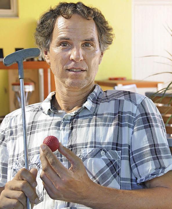 Volker Lamb, Besitzer der Tennishalle,...die Minigolfanlage gerne reaktivieren.    Foto: Robert Bergmann