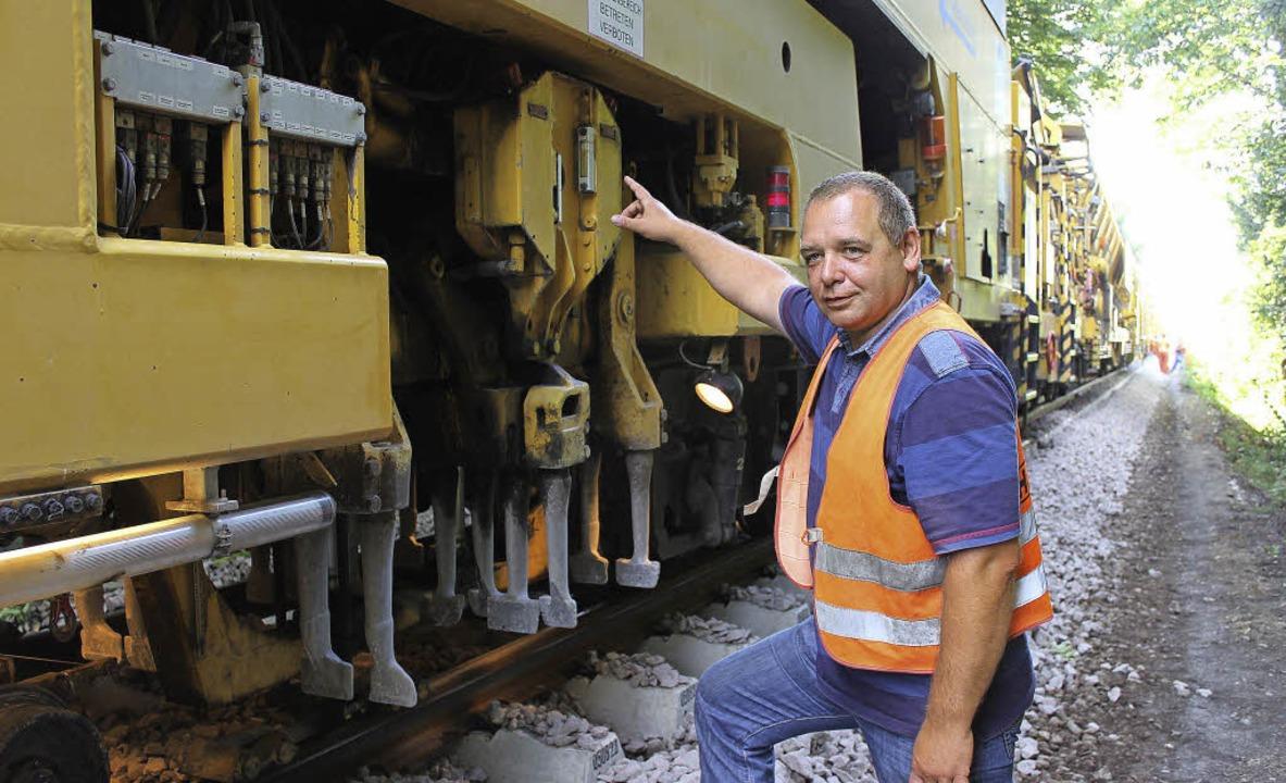 Oberbauleiter Frank Liebelt am Stopfaggregat des Schotterzugs   | Foto: Mario Schöneberg
