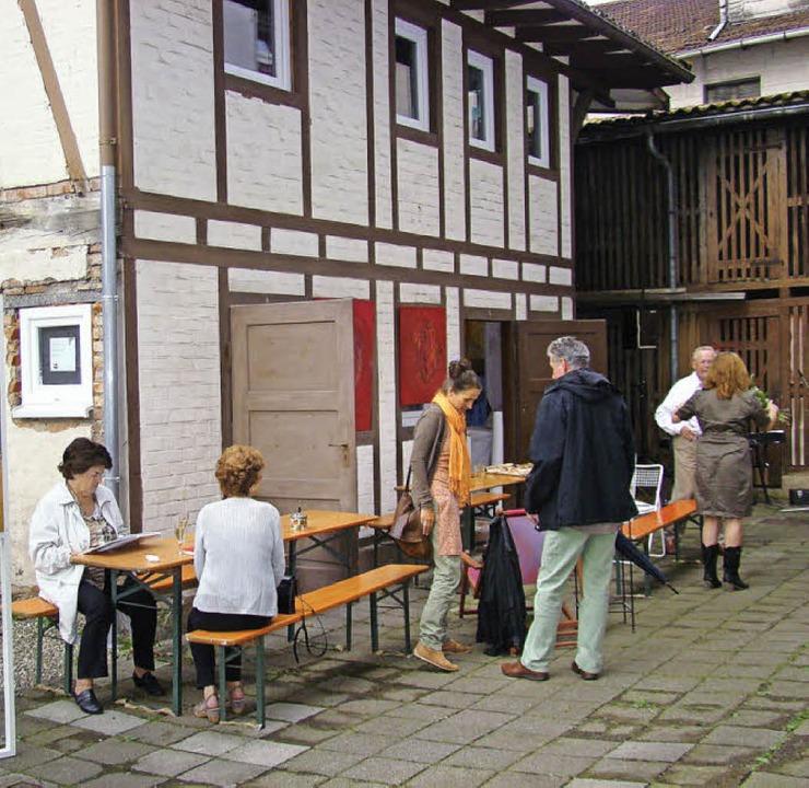 Beim Atelierfest im Hinterhof der Fran...r und einen Querschnitt ihrer Arbeit.     Foto: Susanne Ramm-Weber