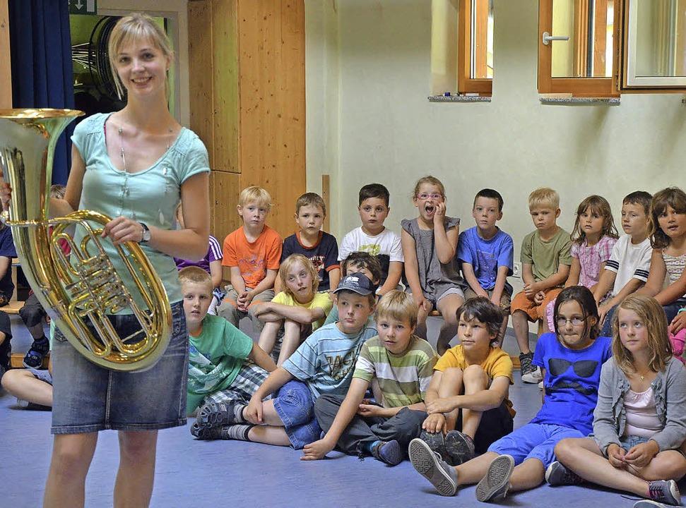 Musik zum Anfassen: Michaela Ortlieb z...n Münstertäler Kindern ein  Tenorhorn.  | Foto: G. Hennicke