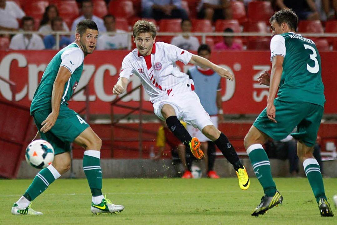 Neu im Dress des FC Sevilla: Der ehema...e Nationalspieler Marko Marin (Mitte).  | Foto: dpa