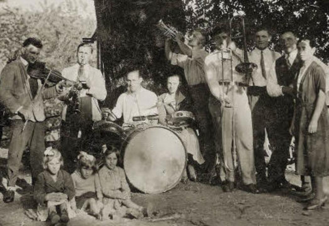 Unter der Linde wurde  früher Musik gemacht, links Andreas Waldvogel.  | Foto: privat