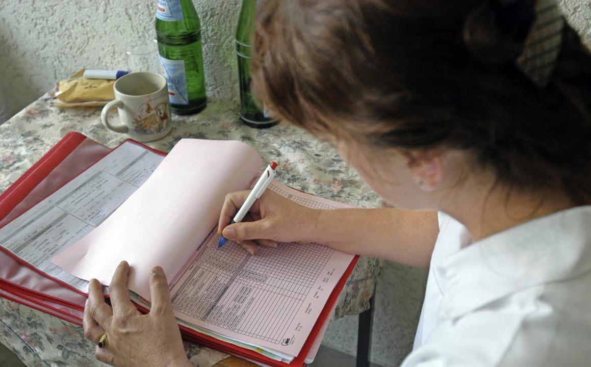 Viel Zeitaufwand für Bürokratie beklagen Pflegekräfte.  | Foto: Ingo Schneider