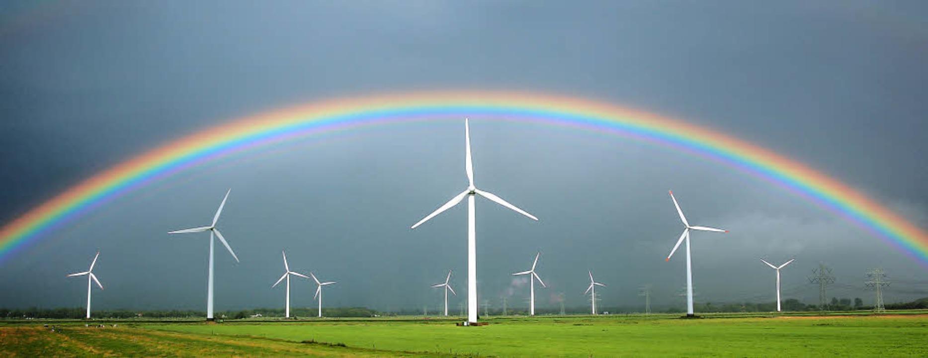 Regenbogen über Windrädern in Schleswig-Holstein   | Foto: dpa