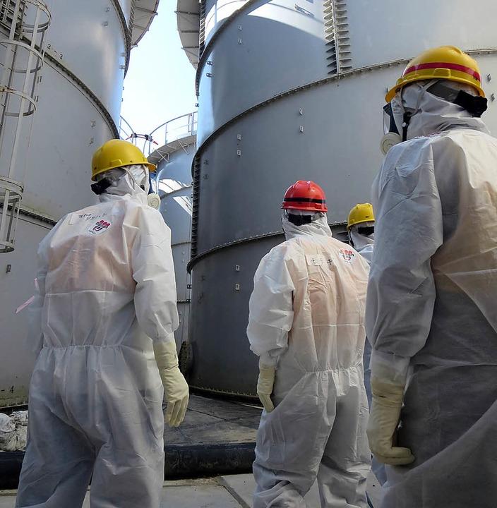 Experten des japanischen Kraftwerkbetr... havarierten Atomanlage in Fukushima.   | Foto: afp