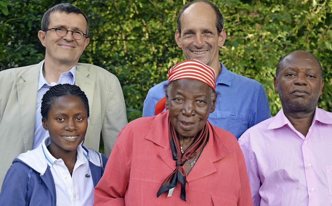 Helfen einander:  (hinten  von links) ...wagi, Anne Namuddu und George NKonge.   | Foto: BZ