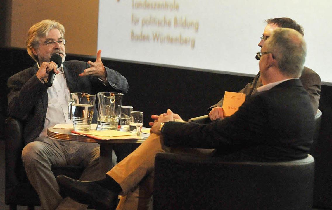 Thomas Hauser (links) im Gespräch mit Michael Wehner und Uwe Wagschal  | Foto: Eggstein