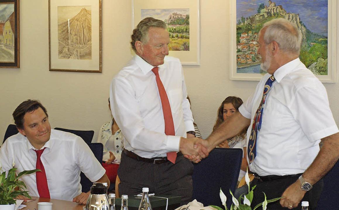 Bürgermeister Ernst Schilling begrüßt ...D-Bundestagskandidat Johannes Fechner.  | Foto: Michael haberer