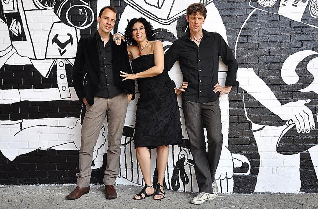 Joo Kraus, Paula Morelenbaum und Ralf Schmid (von links): das Bossarenova Trio   | Foto: Anna Cisso Pinto