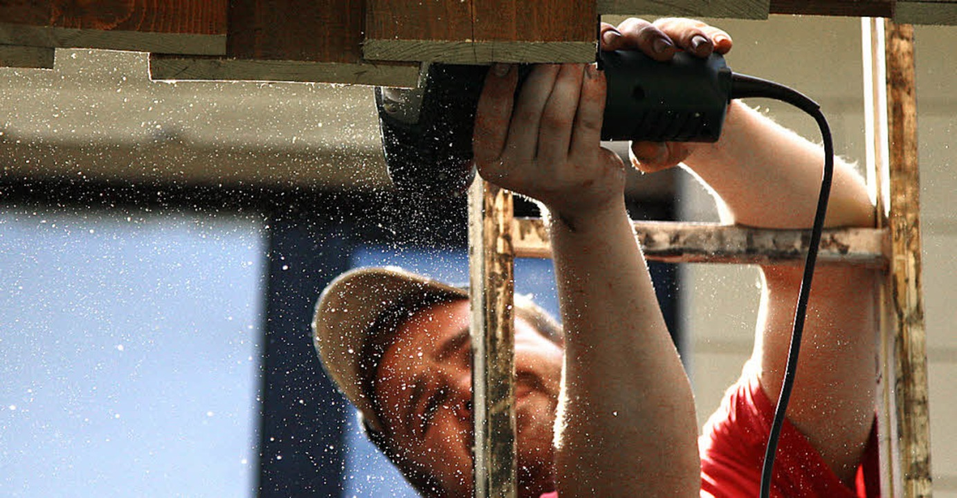 Sven Woywod beim Arbeiten an der Holzverkleidung in Zell.  | Foto: Privat
