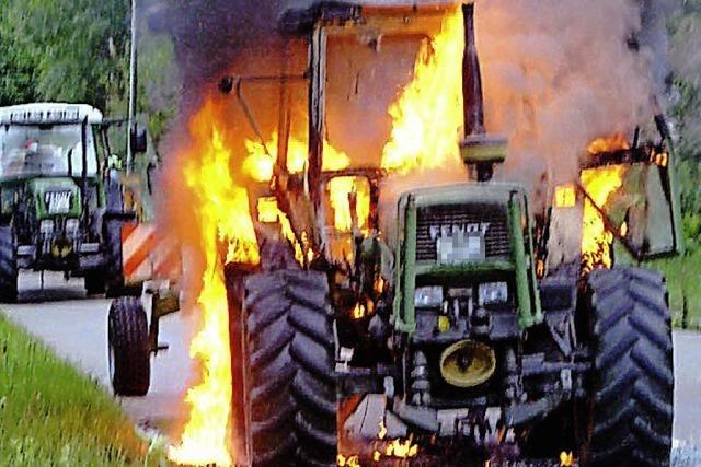 Traktor geht in Flammen auf